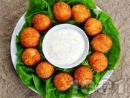 Рецепта Пържени панирани топчета / хапки от краве сирене и кашкавал в яйца, брашно и галета